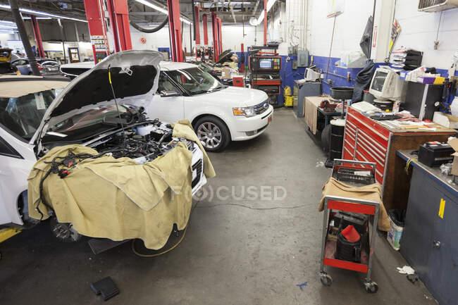 Машины и оборудование в автомастерской. — стоковое фото