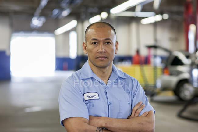 Retrato de Pacific Islander carro mecânico na oficina de reparação de automóveis — Fotografia de Stock