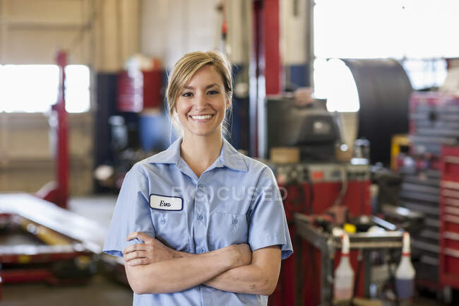 Портрет молодої жінки-кавказької механіки в автомайстерні. — стокове фото