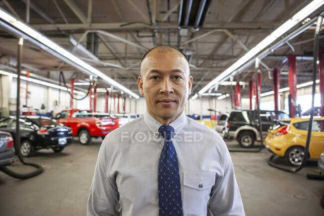 Porträt des Insulaners Pacific Islander Besitzer einer Autowerkstatt — Stockfoto