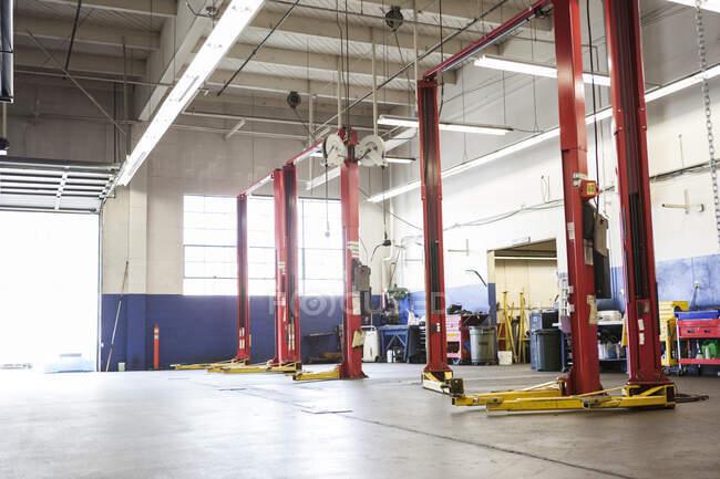 Loja de reparação de automóveis vazia pronta para o negócio — Fotografia de Stock
