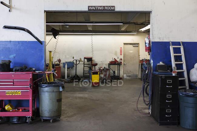 Oficina de reparação vazia pronta para o negócio — Fotografia de Stock