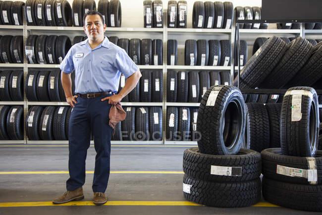Retrato do proprietário masculino hispânico na oficina de reparação de automóveis — Fotografia de Stock