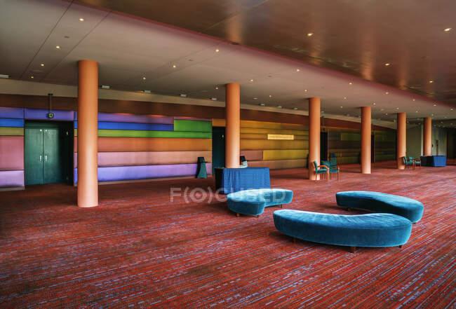 Um grande espaço aberto em uma hospitalidade ou local de negócios, hotel centro de conferências, espaço público. — Fotografia de Stock