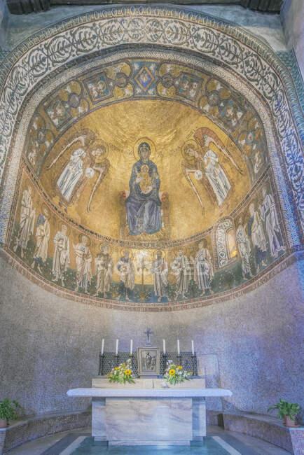 Vista de ángulo bajo de la cúpula de la Catedral de Trieste, Italia. - foto de stock