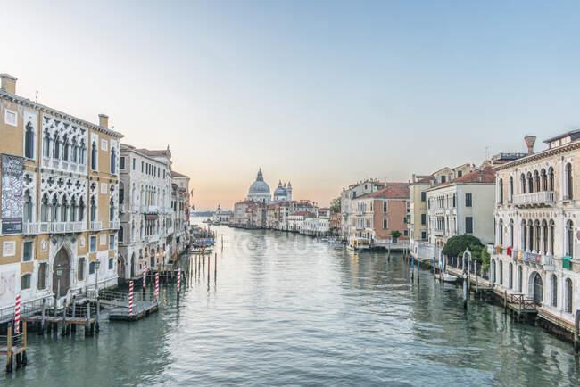 Vista del Gran Canal de Venecia con cúpula de la Basílica de San Marcos a lo lejos. - foto de stock