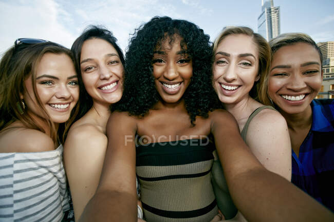 Grupo de cinco mujeres jóvenes posando para una selfie - foto de stock