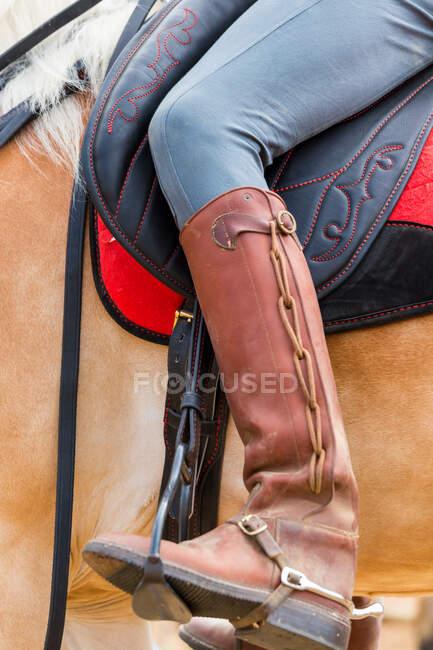 Cavaleiro com botas de couro ornamentado, Toscana, Itália — Fotografia de Stock