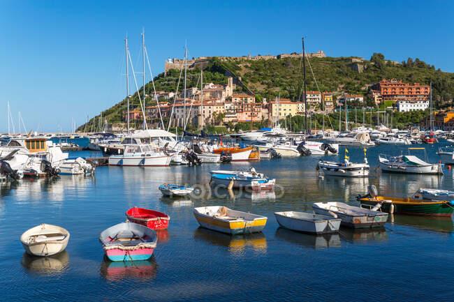 Porto Ercole, puerto y costa de la península de Argentario. - foto de stock