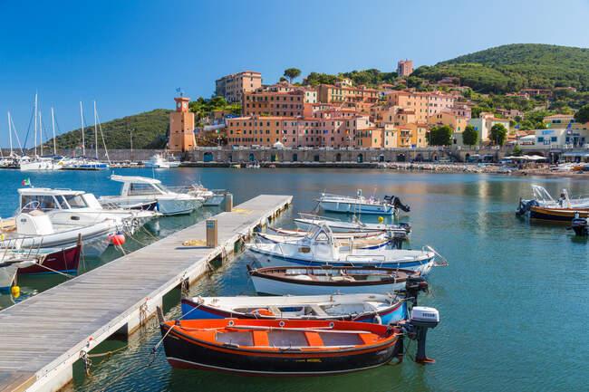 Pueblo de Rio Marina, puerto y amarres en la Isla de Elba - foto de stock