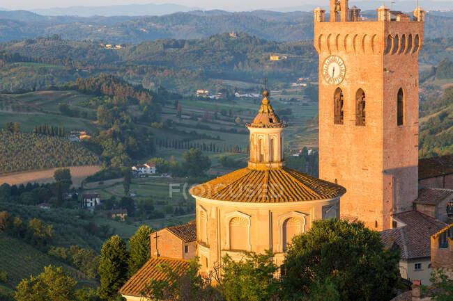 Prato del Duomo punto di riferimento collinare e la campagna intorno a San Miniato vicino a Firenze. — Foto stock