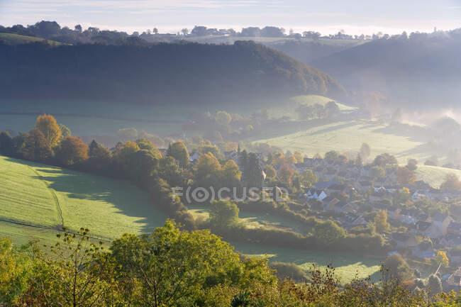 Vista sul villaggio di Uley nelle Cotswolds, nebbia e nuvole. — Foto stock