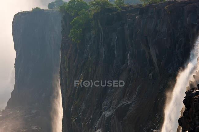 Cascate Vittoria, enormi cascate del fiume Zambesi che scorrono su scogliere a strapiombo. — Foto stock