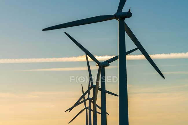 Generadores de energía eólica en el parque eólico - foto de stock