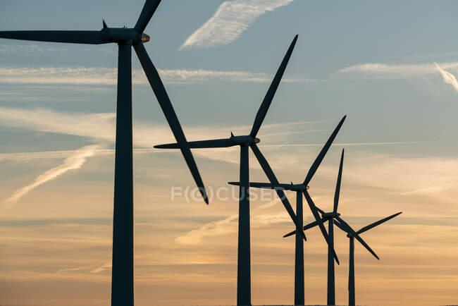 Енергетики вітрових турбін на вітровій електростанції. — стокове фото