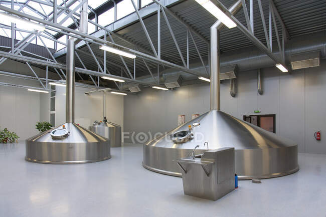 Interior of brewery, large steel storage tanks for brewing beer. — Fotografia de Stock