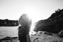 Девушка в riverbank в Солнечный день — стоковое фото