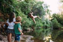Семья, наслаждаясь летние каникулы — стоковое фото