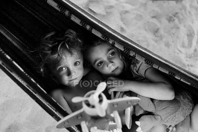 Kinder spielen mit Flugzeug in Hängematte — Stockfoto