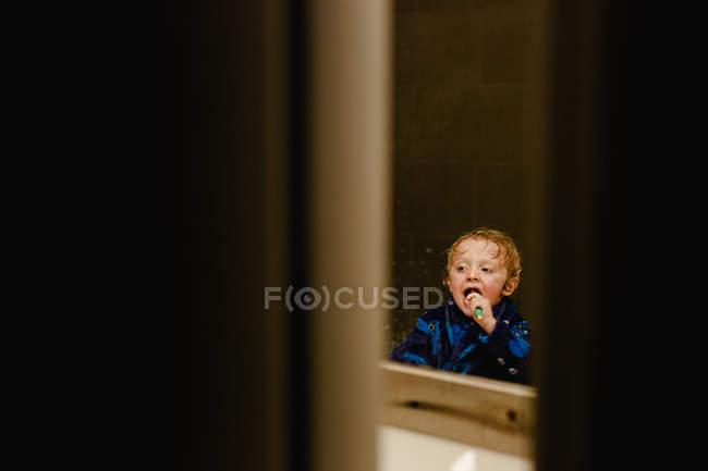 Mädchen beim Zähneputzen im Badezimmer. — Stockfoto