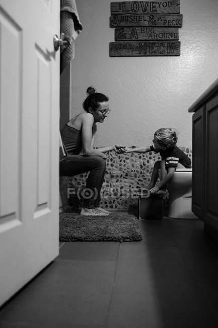 Madre con su hijo pasando tiempo en casa - foto de stock