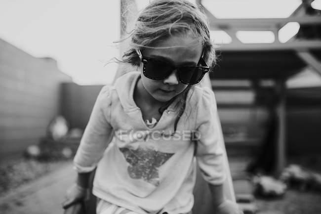 Linda chica con gafas de sol - foto de stock