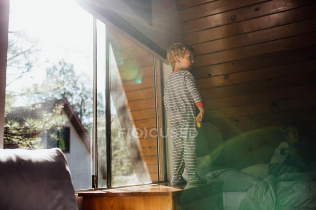 Ragazzo che porta pigiama in camera da letto — Foto stock
