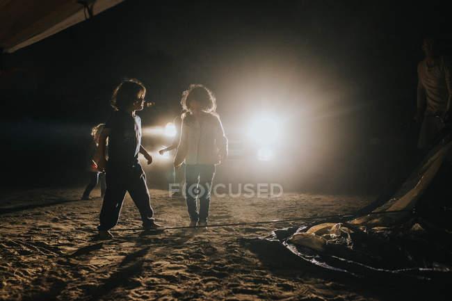 Bambini che trascorrono del tempo sulla spiaggia sabbiosa — Foto stock