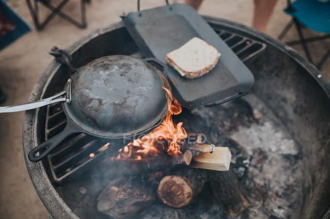 Cibo con pane preparati sulla griglia — Foto stock