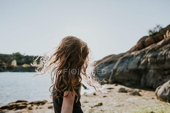 Bambina con vento arruffati capelli — Foto stock