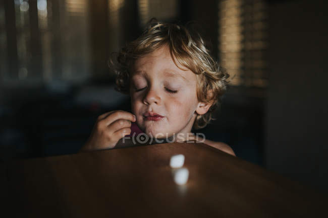Boy standing with eyes closed — Stock Photo