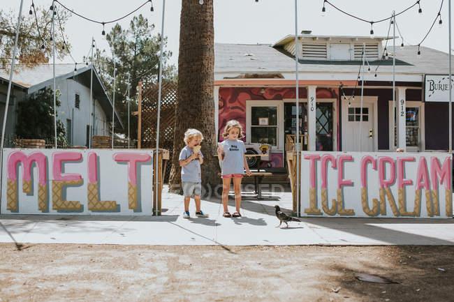 Bambini piccoli che mangiano il gelato — Foto stock