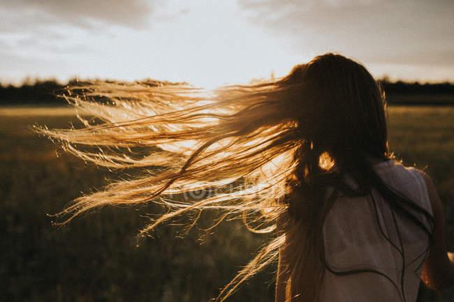 Cheveux de la jeune fille dans le vent — Photo de stock