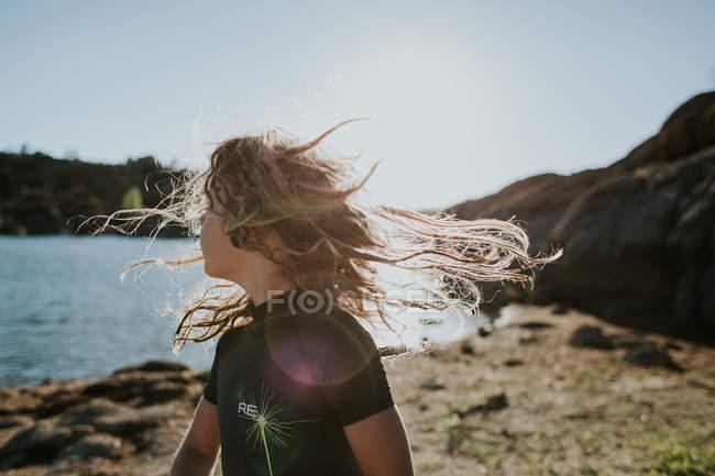 Девочка с взъерошенными волосами — стоковое фото