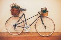 Vélo vintage avec des fleurs — Photo de stock
