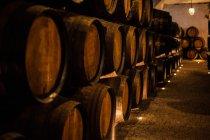 Tonneaux de vin dans la cave à vin — Photo de stock