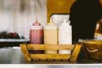 Ketchup, maionese, mostardas garrafas — Fotografia de Stock