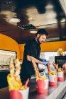 Mann bereitet Kochen in Imbisswagen — Stockfoto
