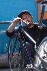 Професійні працівник, дивлячись на велосипеді — стокове фото