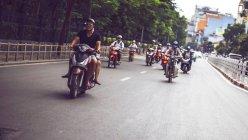 Людей водіння Мотоцикли в Ханої — стокове фото