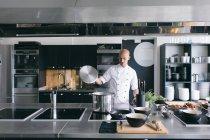 Шеф-кухар, приготування суп кухні — стокове фото