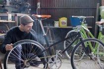 Бородач смотрит на велосипед — стоковое фото
