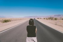 Mujer morena en Death Valley - foto de stock