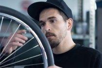 Майстер переглядає велосипедні — стокове фото
