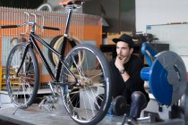 Майстер переглядає велосипедів в майстерні — стокове фото