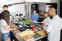 Щасливі люди приготування їжі разом — стокове фото
