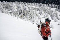 Man trekking on snowy mountain — Stock Photo
