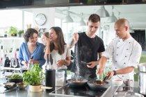 Hombre y chef salado de alimentos - foto de stock