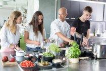 Gens d'enseignement chef de cuisine — Photo de stock
