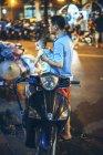 Persone e traffico di notte a Hanoi — Foto stock